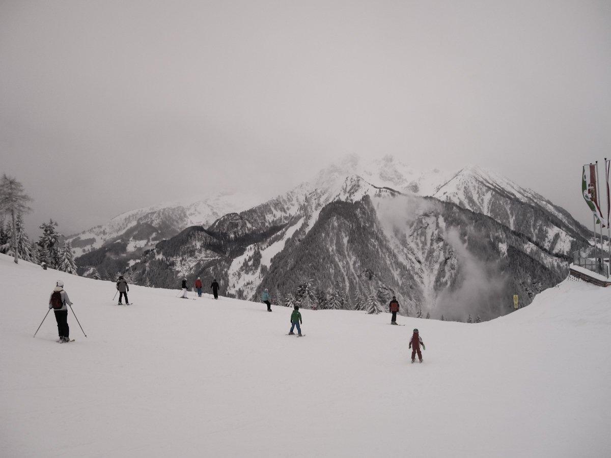 Alpit ja laskettelijoita