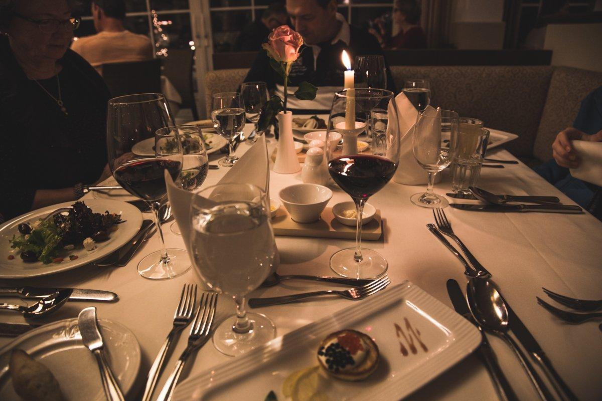 Hotelli Spa & Sporthotel Alpinan illallinen. Pöydässä ruoat ja viinit